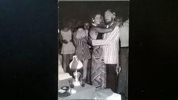21 PHOTOS D UNE FAMILLE COUPLE EN VACANCES ENSEIGNES EN ITALIEN MER PLAGE - Albums & Collections