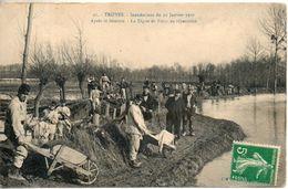 10. Troyes. Inondations Du 22 Janvier 1910. Après Le Désastre, La Digue De Foicy En Réparation - Troyes