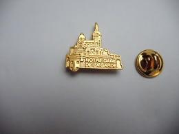 Superbe Pin's En Relief , Ville De Marseille , Notre Dame De La Garde , Signé Stadium - Città