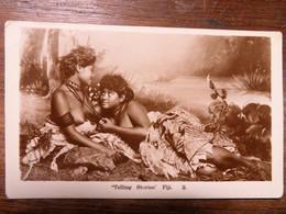 "C.P.A. FIJI : ""Telling Stories"", 2 Young Women, Risque, Seins Nus, SUPERBE - Fidji"