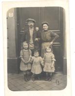 Photo Carte D'une Famille Avec 3 Enfants Devant La Porte (1910...1920 ???) - Mode, ... A SITUER - Cartes Postales