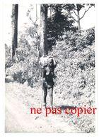 Photo Afrique 12,8 X 18 Cms, Oubangui Chari, AEF, Vieille Femme Sur La Route Aux Environs De Bangui, Seins Nus - Afrique
