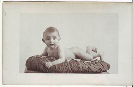 CP PHOTO - Bébé Nu Allongé Sur Un Coussin - Andere