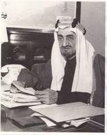 Saudi Arabia, ORIGINAL  PHOTO KING FAISAL ALSAUD AT HIS JEDDAH ROYAL OFFICE RARE COLLECTION ITEM - Royal Families