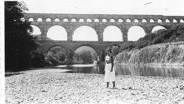 """Photo  Authentique -   Le Pont Du Gard  - écrit Au Dos  """" La Nature Isole L'ame Et C'est Pourquoi Elle La Ravie """"  1937 - Places"""