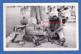CPA Photo - KARACHI ( Pakistan ) - Portrait D'un Cordonnier Ambulant - Métier De Rue Travail Work Street Chaussures - Pakistan