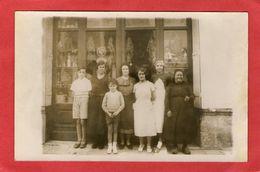 Très Belle Carte Photo - Famille Devant Un Magasin - A Identifier- - Magasins
