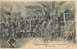 Nouvelles -Hébrides - Vanuatu - Dans Un Village Indigénes - Carte Ethnique  - CPA Très  Bel Etat (voir Scan) - Nouvelle Calédonie