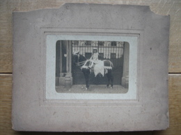 Petite Fille Assise Sur Un Cheval Devant Porte D'entrée D'un Chateau - Photos