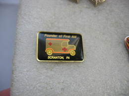 Pin's De La Croix Rouge Américaine: Fondateur Des Premiers Secours à SCRANTON, PA (Founder Of First Aid) - Militaria