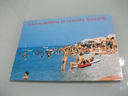 PIN UP  DISTESA SULLA SPIAGGIA SALUTI DA MARINA DI NOCERA TERINESE PIEGA ANG. - Pin-Ups
