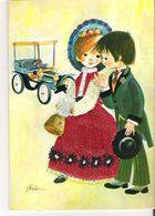 FILLE A LA ROBE BRODEE - COUPLE  D'ENFANTS DEVANT VIEILLE VOITURE. CP Illustrée Par Brien - Brodées