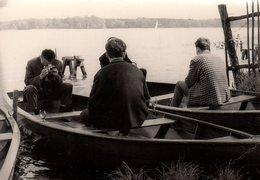 Photo Originale Photographe Amateur - Le Pied Marin Pour Ce Photographe Sur Barque Vers 1960 - Personnes Anonymes