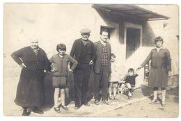 Cpa Carte Photo Famille Devant Maison   ( CPH ) - Cartes Postales