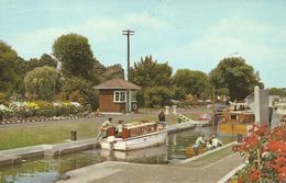 CPSM Angleterre Chertsey The Lock TBE 1977 - Surrey