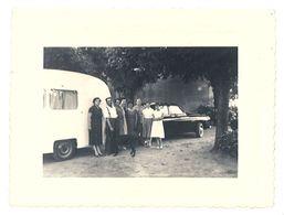 Photo Personnes Devant Automobile Et Caravane, 1955 - Automobiles
