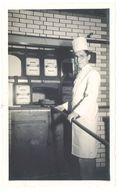 """Photo Jeune Homme Devant Fournil, Cuisinier, Gâteau ( Four """" Thierry Constructeur """" ) - Métiers"""