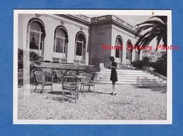 Photo Ancienne - CANNES - Petite Fille Dans La Cour Du Casino - 1937 - Cote D' Azur - Lieux