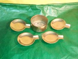 SUPPORT AVEC 4 PETITS CENDRIERS EN BRONZE OU LAITON DANS DIAMÈTRE 7.8 CM  à Datée  VOIR PHOTOS - Bronzes