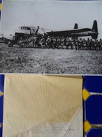 PHOTO DE PRESSE- PARACHUTISTES MONTANT DANS AVION FAIRCHILD C-82 - Guerre, Militaire