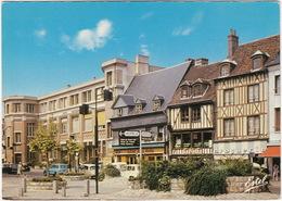 Evreux: CITROËN DS, 2x RENAULT 4 & 4-COMBI - Le Centre-ville, La Rue Du Docteur Oursel Et La Poste - PKW