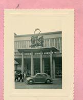 PHOTOGRAPHIE - PHOTO - OSTENDE / OOSTENDE EN 1956 - VOLKSWAGEN COX .. COCCINELLE  .. - Lieux
