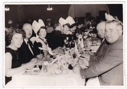 Bretagne Finistère Lot De 2 Anciennes Photos Années 60 Banquet Repas Fête Des Fleurs D'Ajoncs Pont Aven - Personnes Anonymes