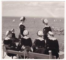 Bretagne Finistère Ancienne Photo Années 60 Cercle De Carhaix Coiffes Bateaux Jolie Vue Mer - Personnes Anonymes