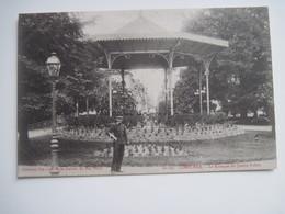 CPA   33  LIBOURNE Le Kiosque Du Jardin Public 19.. T.B.E Animée Militaire - Libourne