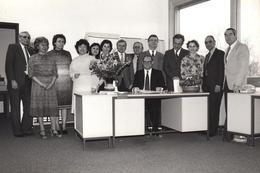 Grande Photo Originale Bureaucrates Et Ambiance D'équipe Autour Du Directeur Vers 1970/80 - Métiers