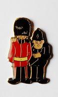 Pin's Garde Et Policeman Anglais - 39R - Autres