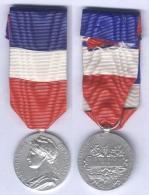 Médaille D'Honneur Du Travail Et De La Sécurité Sociale ( 20 Ans ) ( En Argent ) - Frankreich