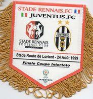 Fanion Du Match RENNES / JUVENTUS De TURIN  Finale Coupe Intertoto 1999 - Habillement, Souvenirs & Autres