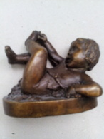 Enfant En Bronze Jouant Avec Son Pied (Réproduction En Bronze D'après Une Oeuvre De Monot - Bronzes