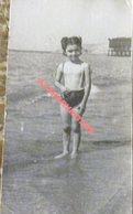 Photo Originale Petite Fille En Bikini Monkini Torse Nu Nue Enfant à La Plage Real Photo Snapshot,,45x80mm - Personas Anónimos