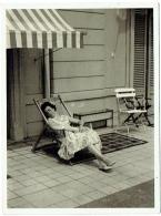Foto/Photo. Snapshot. Femme/Pin Up Endormie Et Transat. Mode. 1959. - Pin-Ups