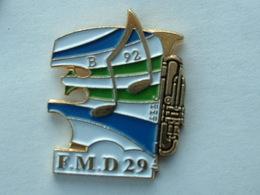 PIN'S MUSIQUE F.M.D 29 - BRETAGNE - TROMPETTE - Music