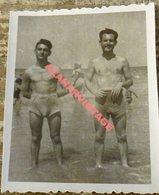 Semi Nude Young Men Pose For A Photo Hugging.Men Gay,60x75MM - Personas Anónimos