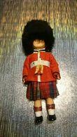 Poupée De Collection Authentique Année 30 40 50 - Vêtement Costume Traditionnel Uniforme écossais Kilt Bonnet Bearskin - Dolls