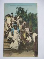 MADAGASCAR  -  FEMMES  INDIGENES  SE RENDANT A UNE FETE           TRES ANIME    ROGNURE  HAUT  D. - Madagascar