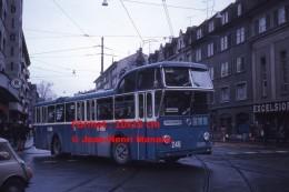 Photographie D'un Ancien Bus FBW Numéro 246 Ligne 62 Hirzenbach à Zurich En Suisse Circulant En 1975 - Riproduzioni
