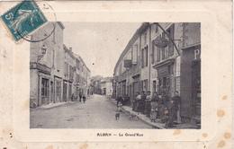 CPA Animée (81) ALBAN La Grande Rue Avec Personnage Devant Le Tabac ( Scans) - Alban