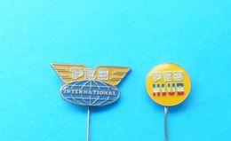 PEZ CLUB - INTERNATIONAL ... Nice Rare Lot Of 2. Vintage Pin Badge * Anstecknadel Abzeichen Spilla Distintivo - Pez