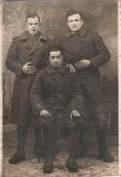 Militaria : Carte Photo : Trois  Soldats En Pause   ( La Valbonne ) Carte Recoupée - Guerre 1914-18