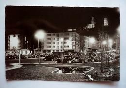02 - LAON -place De La Gare Et La Cathédrale La Nuit - Parc Autos Anciennes - Laon