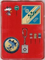 Olympic Winter Games Sarajevo 1984 / Complette Official Set / Pin, Keychain, Plate / Mascot Vucko, Bobsleigh, Skiing - Uniformes Recordatorios & Misc