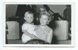 Ancienne PHOTO VINTAGE 14 X 9 Cm...FEMME Avec Son BEBE Devant Un Orchestre - Pin-Ups