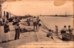 CPA - Gard - Le Grau Du Roi - Pêcheurs Embarquant Leurs Filets Pour La Pêche Aux Thons - Le Grau-du-Roi