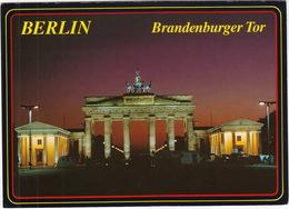 Berlin: MERCEDES BENZ T1 - Brandenburger Tor Bei Nacht - (D.) - Brandenburger Deur