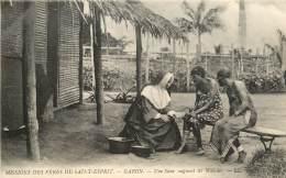 MISSIONS DES PERES DU SAINT ESPRIT GABON UNE SOEUR SOIGNANT LES MALADES - Gabon